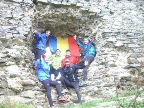 1 Decembrie - Echipa de alergători din Arad sărbătorește Ziua Națională alergând și donând KM
