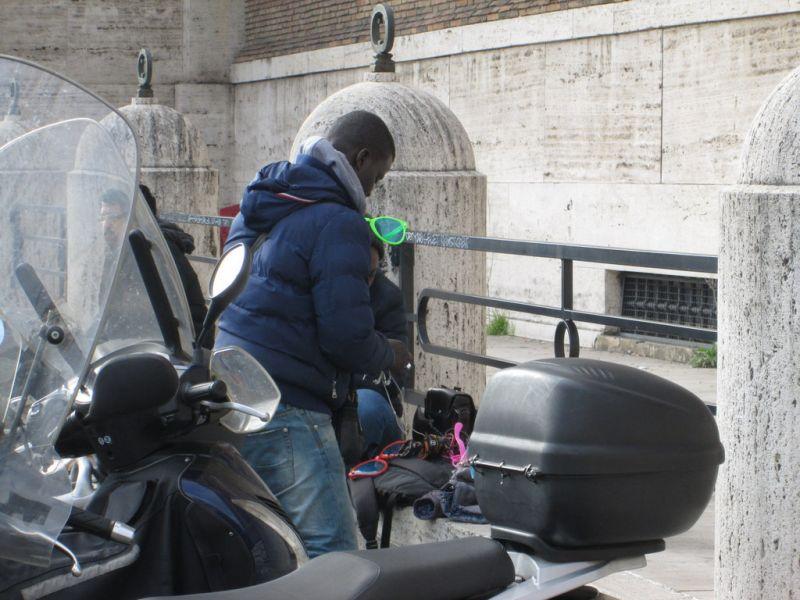 Negrul cu brățările – Aventuri din Roma