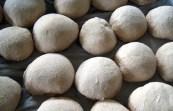 Façonner des boules en forme d'oeuf
