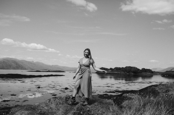 stephanie-green-weddings-london-isle-of-lismore-oban-scotland-travel-lifestyle-crofting-cottage-ferry-rustic-thatched-roof-47