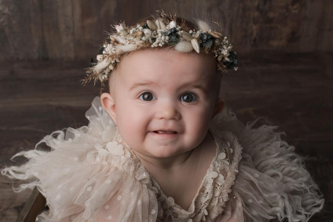 photo bébé assis couronne fleurs