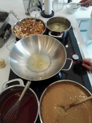 Gleich wird das Gemüse für die Hauptspeise im Wok gegart. Vorne stehen schon die zwei Saucen und köcheln vor sich hin.