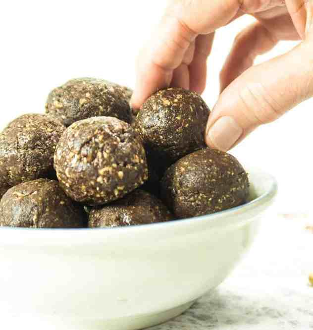 4 Ingredient Chocolate Energy Balls