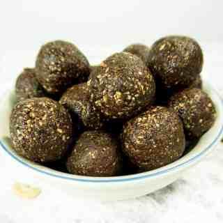 4 Ingredient Chocolate Cashew Balls