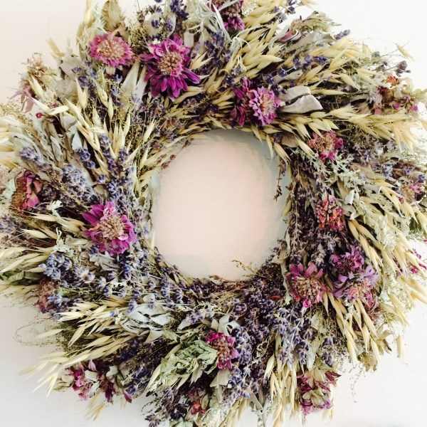 Dried flower wreaths can break the monotony on the walls of square and rectangular pictures.