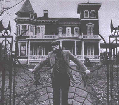 stephen_king_pose_devant_maison.jpg