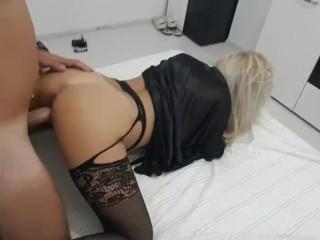 Curvy Stepmom puts sexy black lingerie to seduce