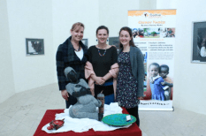 Auction attendants pose beside Zimbabwe sculpture artist's work (Photo: Centre Narovinu)