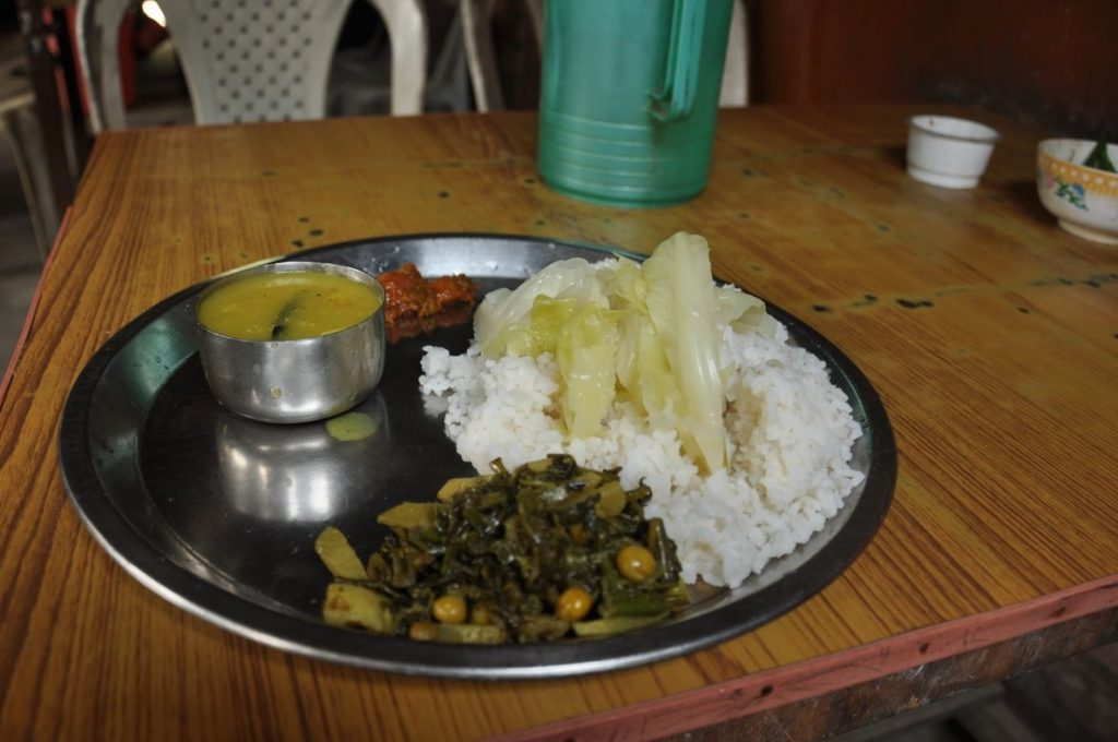 The classic Indian thali, a meal based on rice, dal and vegetables, is also a bit different in Assam, with a very watery dal, a tasteless curry and over the rice a piece of steamed cabbage. .. yes, just a plain steamed cabbage without any seasoning. Very healthy, fills the stomach but don't leave a good memory.