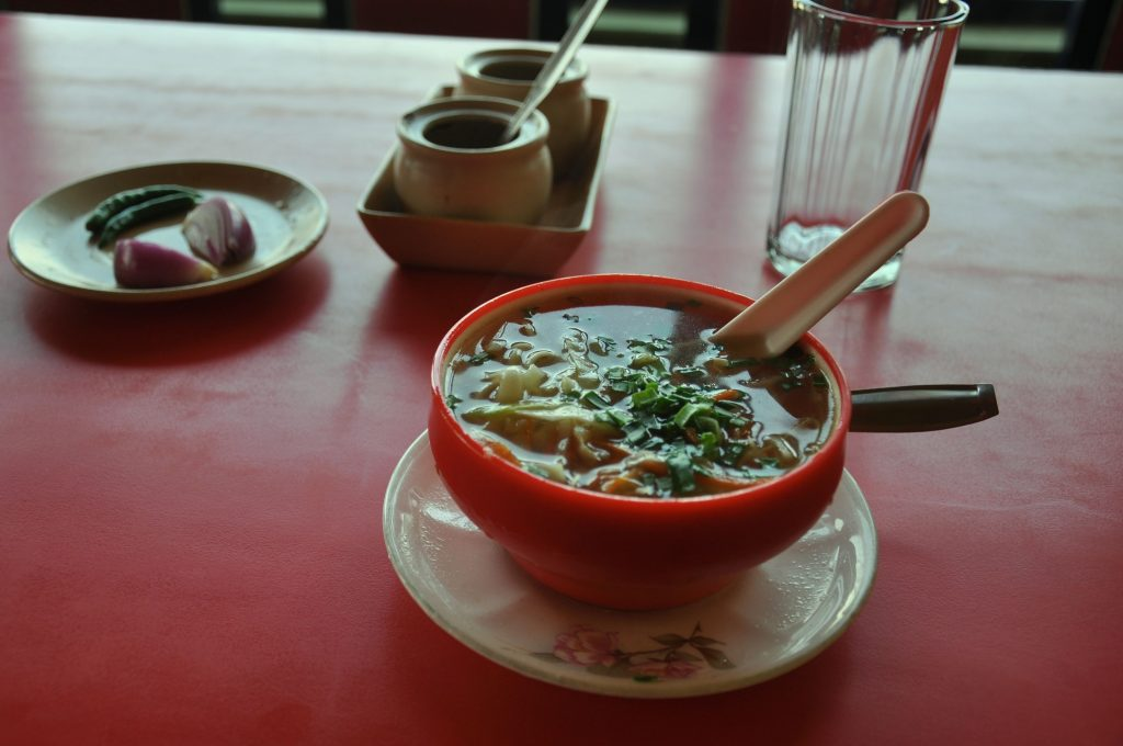 Despite the proximity to Bangladesh, the state of Meghalaya is visible the influence from the Asian cuisine by the noodles (rice flour pasta) served in soups or stir-fry.