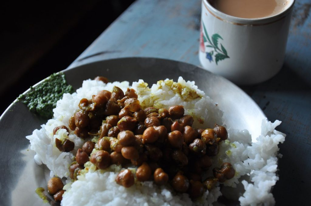 At Meghalaya, in the village of Sohra, the only option available, without meat, was a plate of rice with chickpeas and mint sauce with chili... by chance a simple but tasty combination.