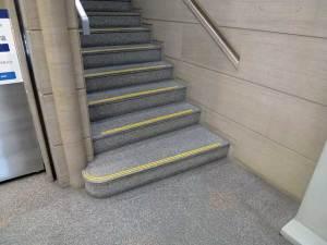 某銀行 石階段