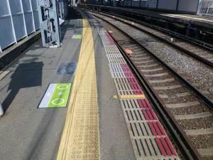京阪宇治線 駅ホームの先端(グリーテープ赤)
