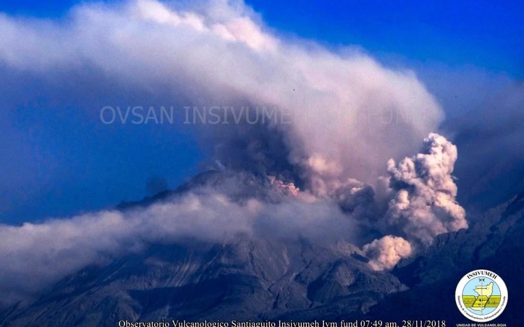 Recomiendan evitar escalar volcanes Santa María y Santiaguito