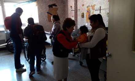 Misioneros entregan regalos en el HRO