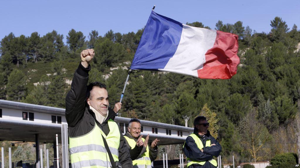 Francia suspende alza de impuestos a combustibles