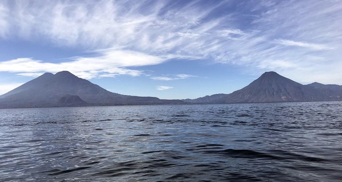 Lancha con capitán en estado de ebriedad, colisiona contra piedra en el lago de Atitlán