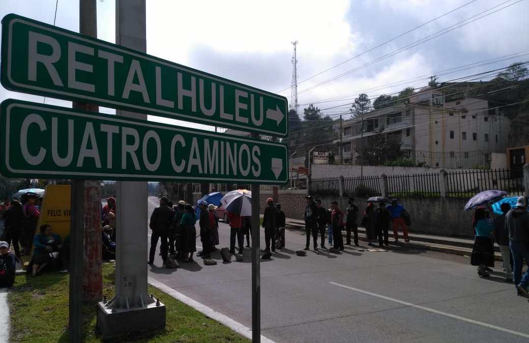 Bloqueos en Quetzaltenango y Totonicapán para exigir arreglo de carreteras