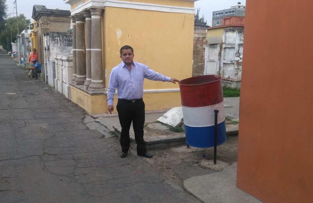 Plan piloto de instalación de basureros en el Cementerio General de Xela