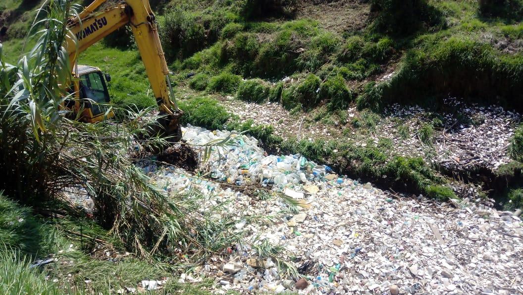 Entre críticas, extraen desechos del río Xequijel