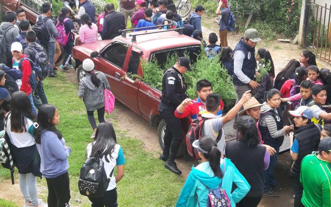 PNC y estudiantes reforestan en San Juan Ostuncalco
