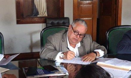 Concejal se retracta de renunciar a comisión y hace inusual seña