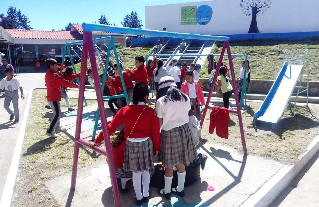 Estudiantes realizan mejoras en escuela 15 de septiembre.