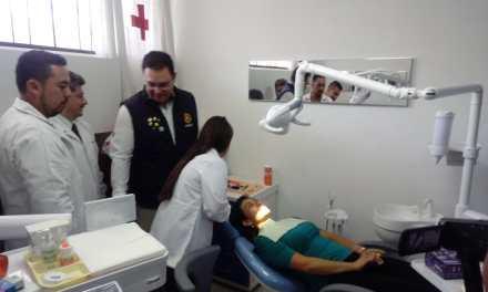 Odontólogos de Universidad Mesoamericana, en la nueva clínica de Cruz Roja