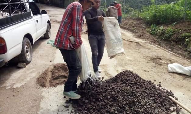 Ante indiferencia de autoridades, pilotos de mototaxis reparan carretera