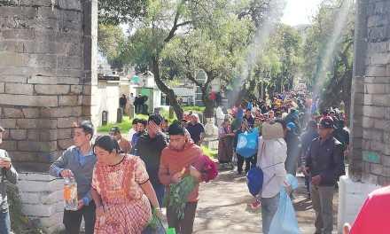 Masiva visita de quetzaltecos al Cementerio General