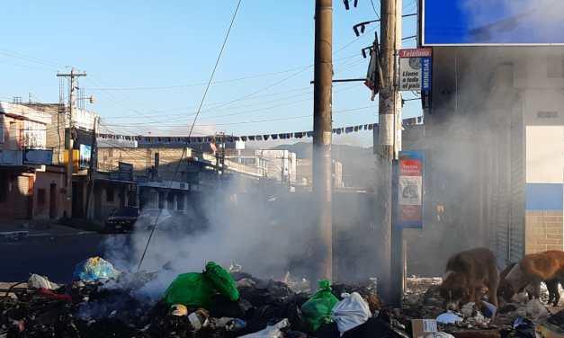 Vecinos se alarman por incendio de basura en la zona 3 de Xela