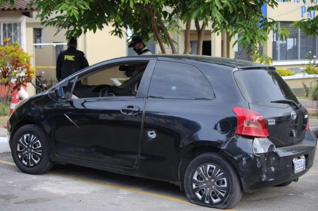 Mujer y dos hombres disparan contra agentes PNC tras robar vehículo
