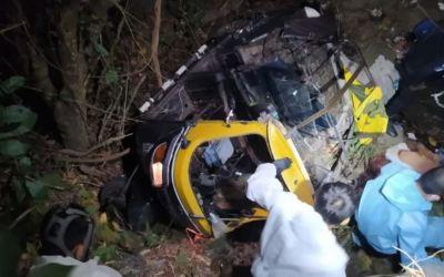 Rescatan en estado grave a piloto de mototaxi que cayó de puente