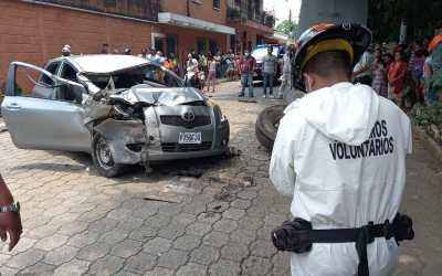 Piloto, herido de bala, se estrella contra camión en Mazatenango