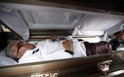 Político en México es criticado por comenzar campaña fingiendo su entierro llevado dentro de ataúd y en carroza fúnebre