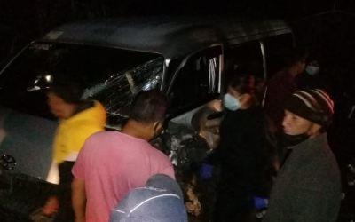 Cinco heridos al colisionar microbús y unidad de PNC