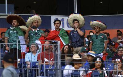 Aficionado se lanza de un balcón durante transmisión del partido de México ante Estados Unidos