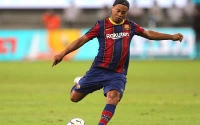 Así fue el show de Ronaldinho en el Clásico de leyendas del Real Madrid y Barcelona