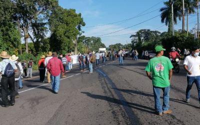 Militares veteranos, por segundo día consecutivo, bloquean carreteras