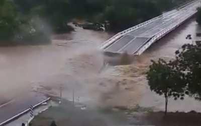 VIDEO | Así fueron las impresionantes imágenes del colapso de un puente por las fuertes lluvias provocadas por la tormenta «Nora»