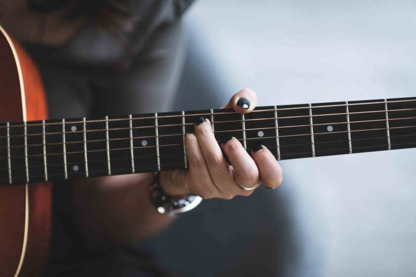 How-To-Handling-The-Guitar-Correctly