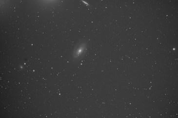 Trio, im Mittelpunkt die Spiralgalaxie M81, darüber die Irreguläre Galaxie M82 und NGC 3077 links im Bild