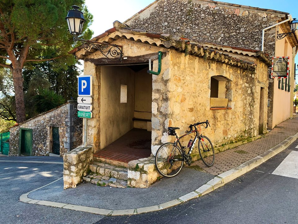 Steve and Carole in Vence - Small building in Roquette-sun-Siagne.