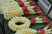 Jasmine Garlands. No you don't eat this. Typically these are used as offerings in temples or to make the car interior smell nice.