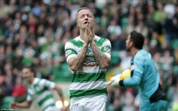 2CC9AC5200000578-3250097-Leigh_Griffiths_sees_a_good_chance_go_begging_as_Celtic_struggle-a-53_1443283639562
