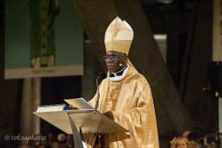 Un évêque en train de prêcher