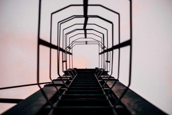 相手の「信頼の階段」の可能な限り高いところに立つ