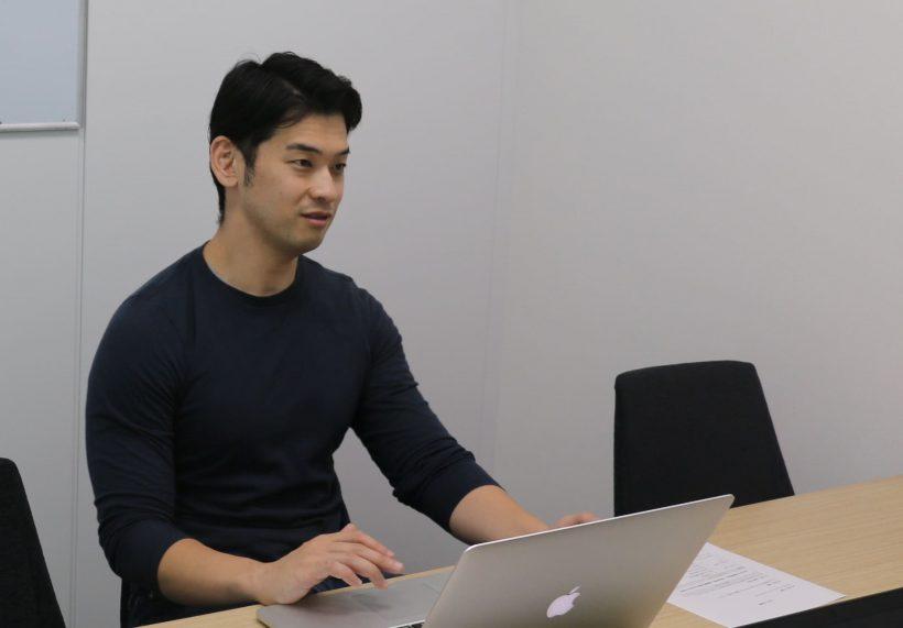 インタビュー中の田中氏の写真
