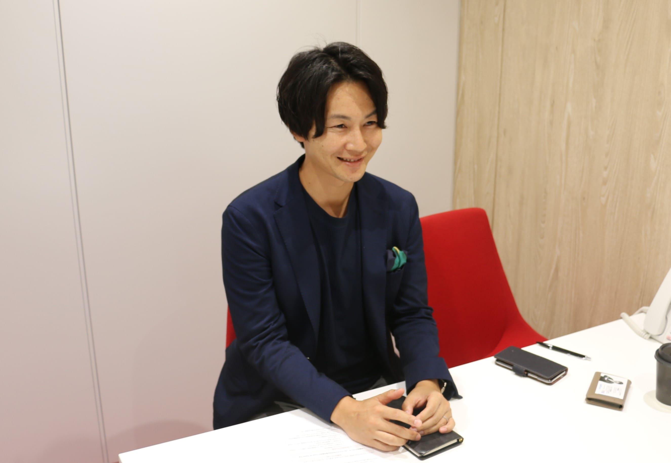 インタビュー中の今井さんの写真