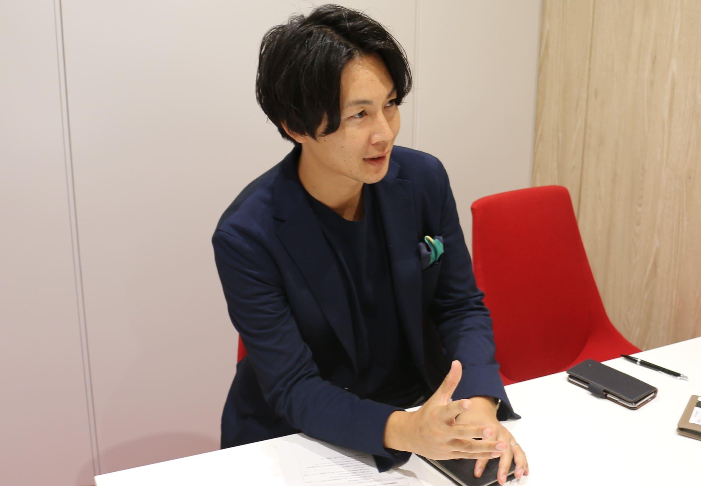 インタビュー中の今井さんの写真2